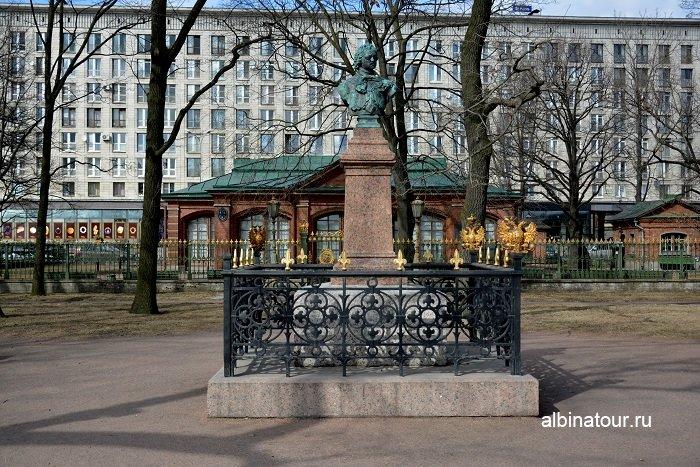 Фото Бронзовый бюст Петра Первого в саду у музея Домик Петра