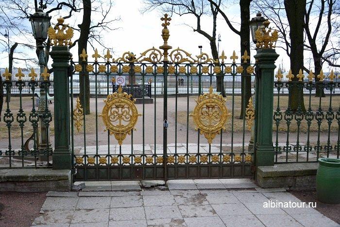 Фото Красивые ворота в сад с памятником Петра