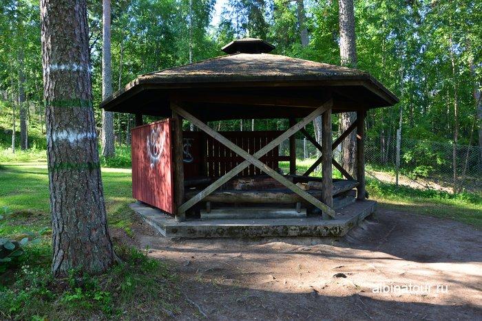 Фото беседка для барбекю с кострищем на территории в кемпинге Хухтинием | Huhtiniemi camping в Лаппеенранте