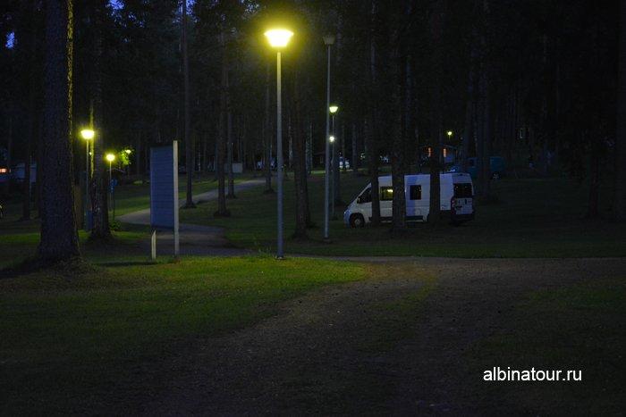 Фото в ночное время включают свет в доль дорожек в кемпинге Хухтинием | Huhtiniemi camping