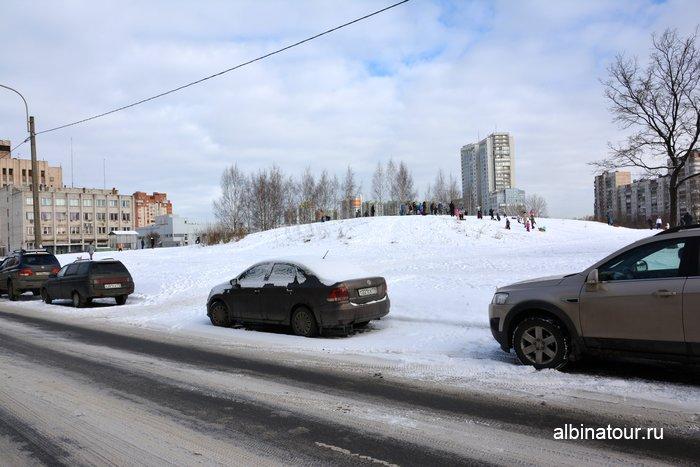 Парковка у горки на Загребском бульваре 4 в Купчино СПб