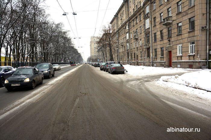 Парковка на Кузнецовской улице рядом с снежными горками в парке Победы в СПб