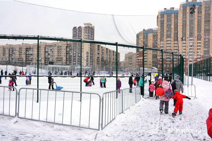 СПб у Ледового дворца Хоккейный город СКА покататься на коньках