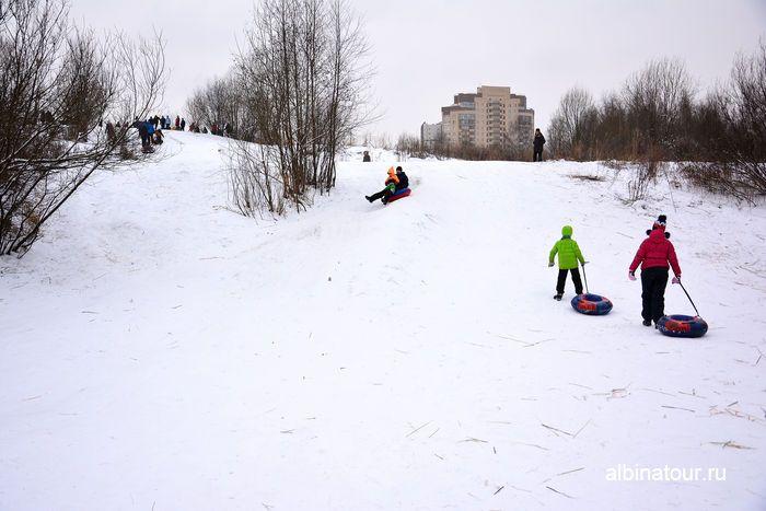 СПб Спуск с горы у Ледового дворца на ватрушке