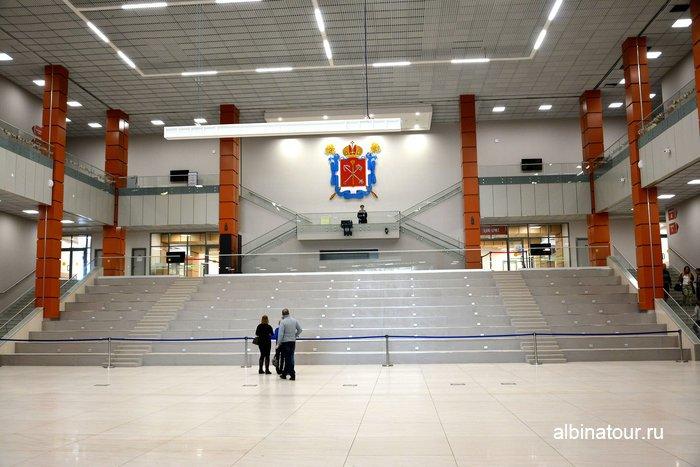Огромный холл в историческом парке в Санкт Петербурге