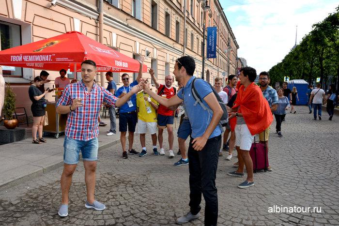 Болельщики идущие в фан зону на Конюшенной в Санкт Петербурге фото