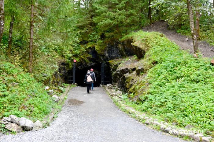 Россия Карелия  Рускеала мраморный каньон вход в старую шахту