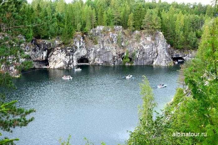 Карелия Рускеала фото горного каньона и лодки на прокат