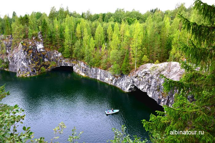 Рускеала горный парк фото  лодка заплывает в пещеру