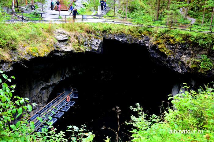 Вид на Подземное озеро  в горном парке Рускеала фото