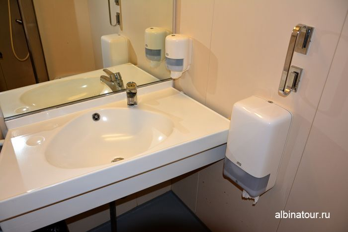 Раковина в туалетной комнате на пароме Анастасия