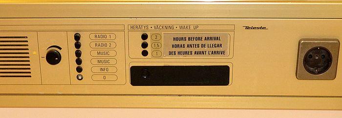 Встроенная панель с радио, будильником и розеткой в каюте на пароме принцесса Анастасия
