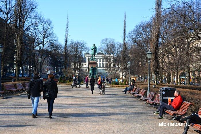 Парк Эспланады и памятник Йохана Людвига Рунеберга в Хельсинки фото