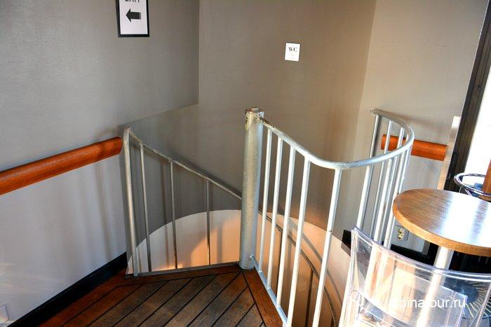 Винтовая лестница в туалет в баре
