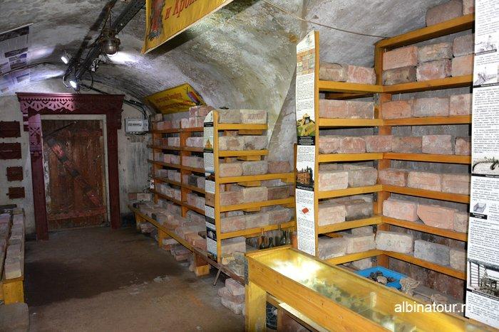 Целая комната с кирпичами и изразцами в музеи Красная горка