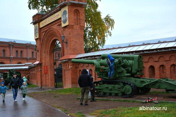 Орудия перед входом в Артиллерийский музей Санкт-Петербург
